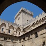 Der Bogen verleiht dem Palast einen Rahmen.
